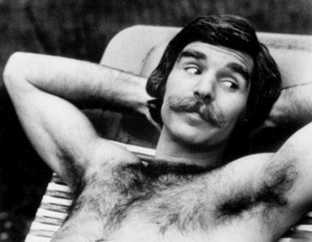 O bigode, o peito hirsuto, brilho no olhar de quem prepara uma patifaria e uma qualidade de homem igual aos outros desses dias ingénuos do porno