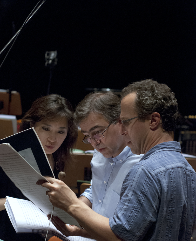 As gravações decorreram no grande auditório da Gulbenkian, com a orquestra da fundação, dirigida pelo maestro norte-americano David Alan Miller (à direita) e teve a participação das solistas Ana Quintans, Raquel Camarinha e Yeere Suh (à esquerda)