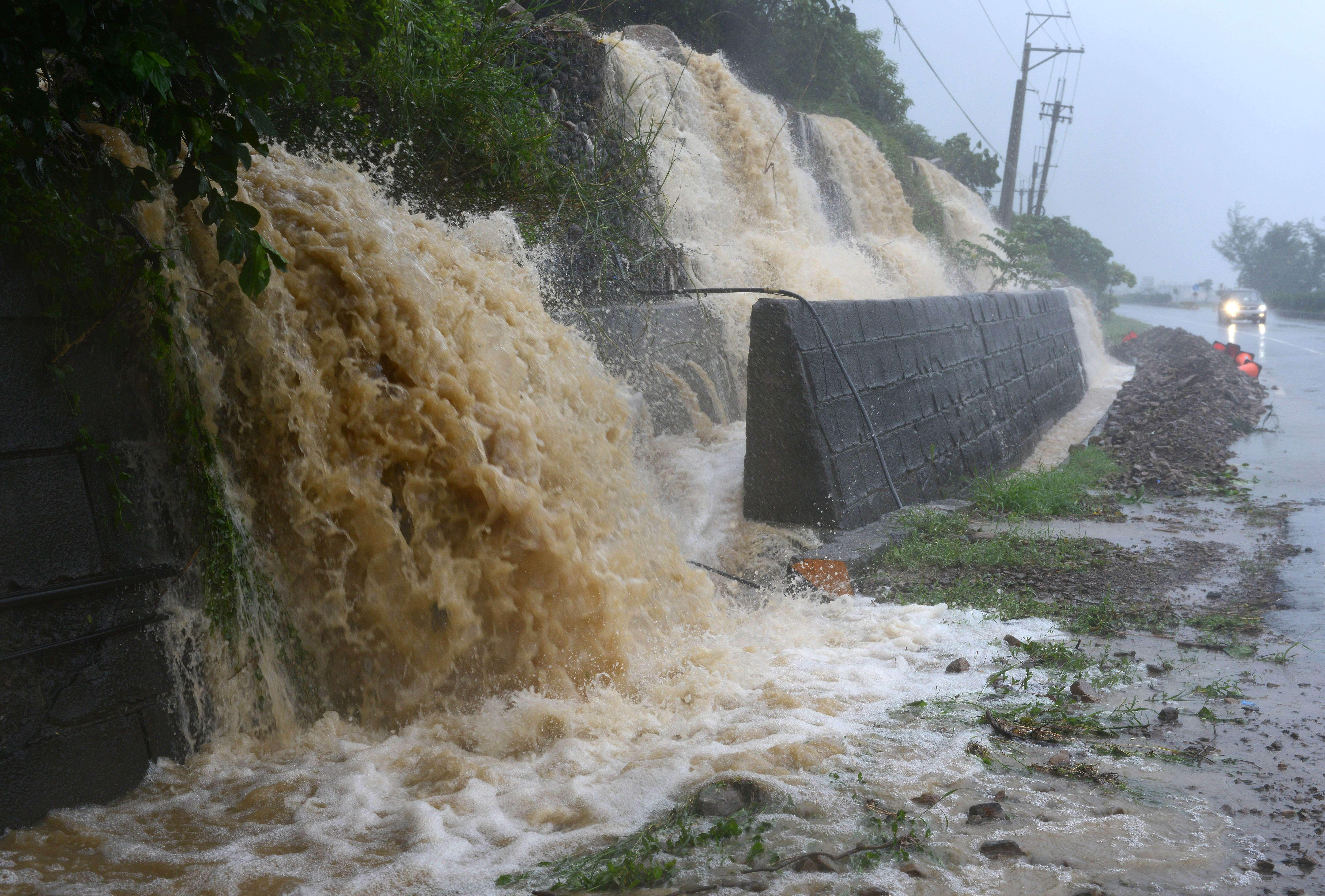 Em Pingtung, Taiwan, muitas estradas estão a ficar alagadas