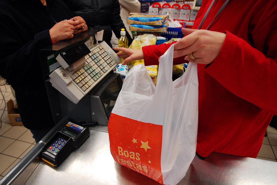 Sacos alternativos ao plástico multiplicam-se nos supermercados - Público.pt