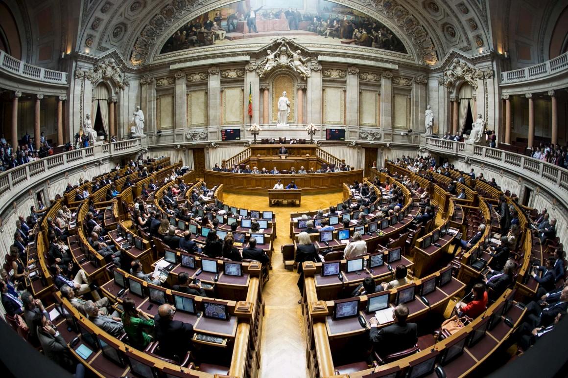 Direita chumba adopção gay pela quarta vez - Público.pt